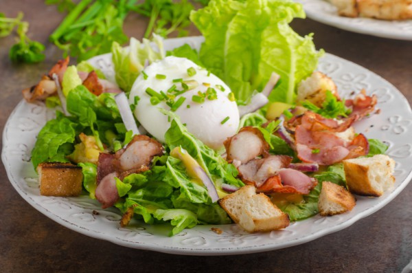 Салат с яйцом-пашот и пармской ветчиной