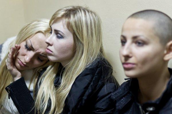 Травмированная активистка FEMEN уплатила штраф, избежав ареста