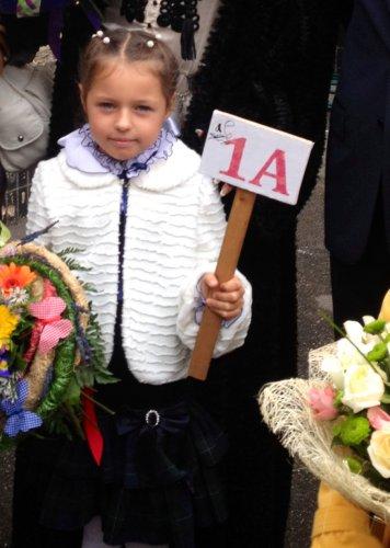 На первую школьную линейку Ариадну проводили всей семьей.  Не остался в стороне и папа, Игорь Вдовин...