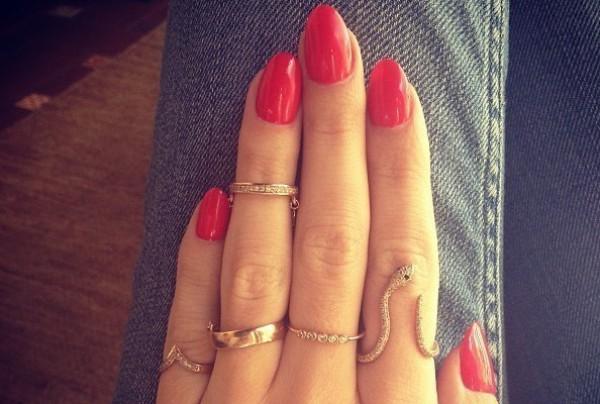 Много колец на ногтях – это модно!