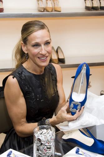 Актриса Сара Джессика Паркер держит в руках Hangisi – одну из самых знаменитых моделей туфель от Manolo Blahnik