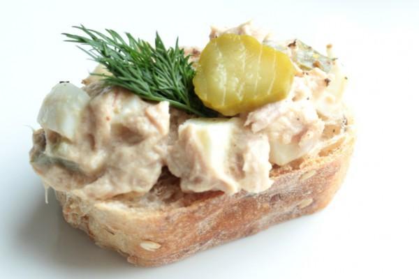 Пасхальный завтрак: тосты с вареным яйцом и тунцом