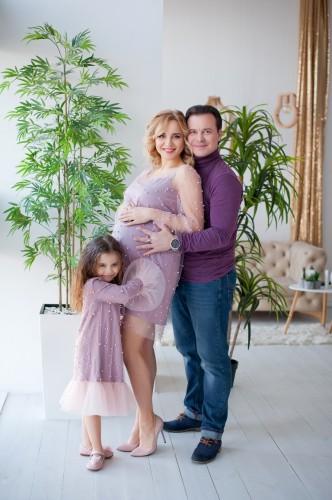Беременная Лилия Ребрик с мужем и дочерью фото