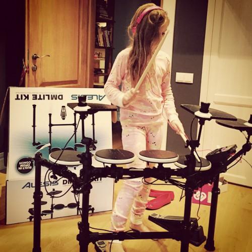 Ольга Фреймут подарила дочери барабанную установку