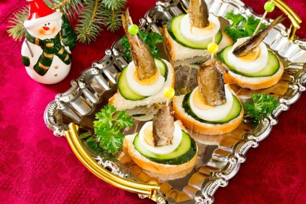 Новогодние канапе с яйцом и шпротами