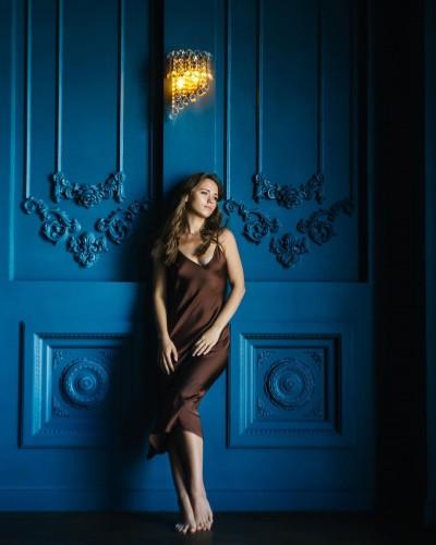 Анна Кошмал снялась в легком шелковом платье