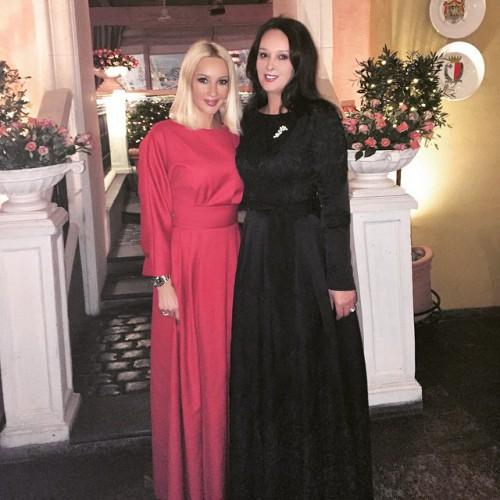 Лера вместе со своей сестрой Оксаной (справа)