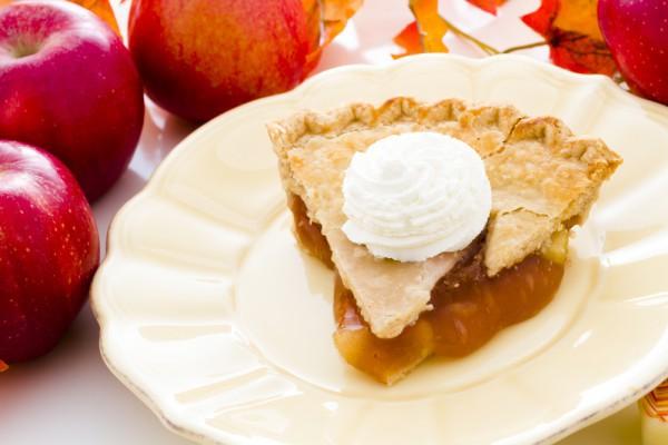 Пирог с яблоками и взбитыми сливками