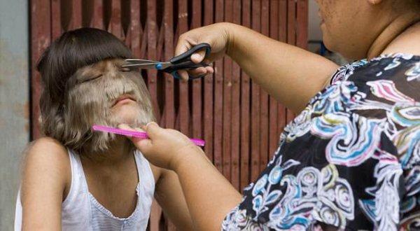 Время для стрижки: Супатра стала старше и ее волосы выросли, пришло время матери подстричь ее