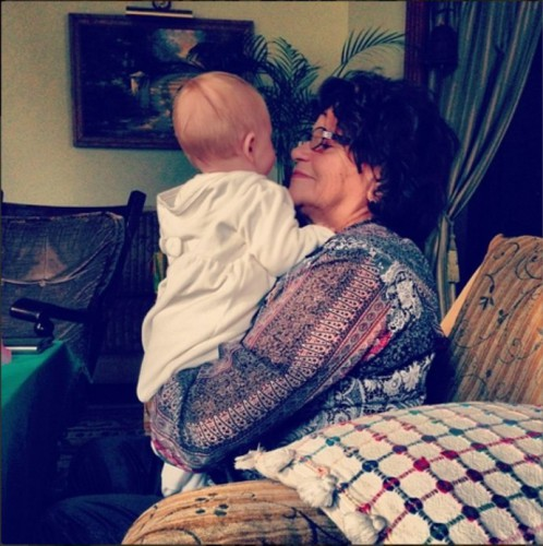 Дочь Юлии Плаксиной на руках у своей бабушки