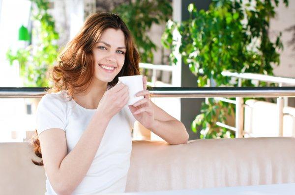 Ð?мбирный чай. Ð?мбирь – одно из самых распространенных в мире лекарственных растений. Он используется как природное болеутоляющее и противовоспалительное средство. Также он стимулирует кровообращение и обмен веществ. Благодаря этому имбирь советуют использовать для похудения. Также отметим, что имбирный чай полезен во время беременности. Он помогает справиться с тошнотой, которая часто мучает при токсикозе. При этом он не оказывает негативного воздействия на плод. Одним из свойств имбиря является снятие усталости, вялости и апатии. Поэтому имбирный чай послужит хорошей альтернативой кофе. Рецепт имбирного чая очень простой. Ð' стакан кипятка измельчи немного корня имбиря и дай ему настояться 5-7 минут.
