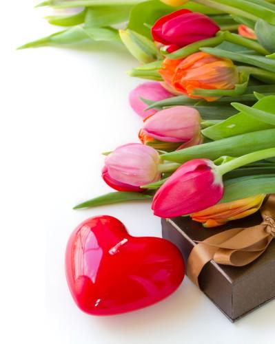 Вместо традиционных роз можно украсить стол тюльпанами.