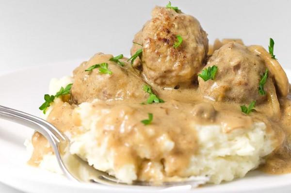 Рецепт                  Фрикадельки в сметанном соусе