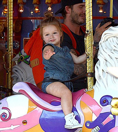 Двухлетняя лапочка Харпер катается на карусели