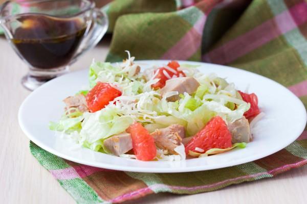 Салат с курицей, грейпфрутом и пекинской капустой