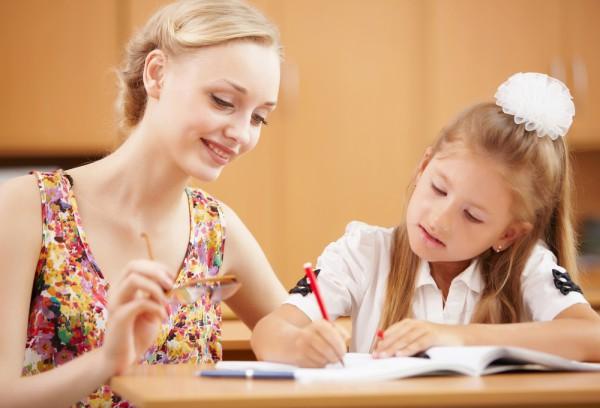 Вы с ребенком можете вместе решить как и чем украсить школьную форму