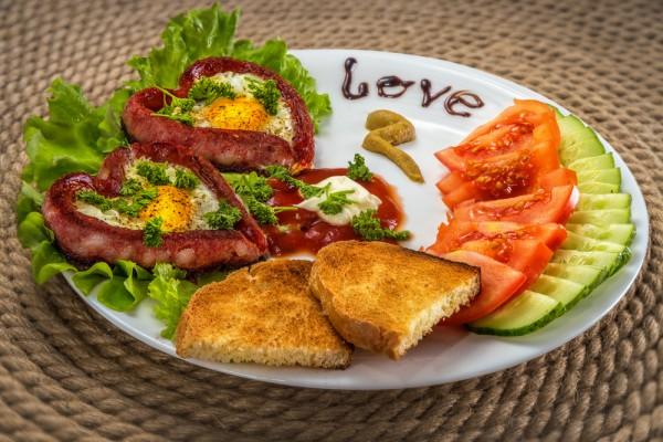 Завтрак на День святого Валентина: сердечная яичница