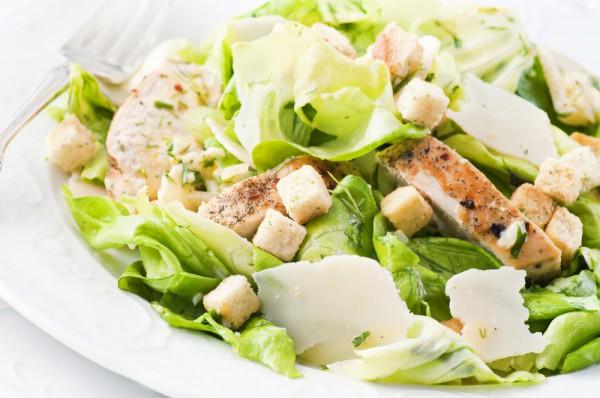 Зеленый весенний салат с курицей и гренками