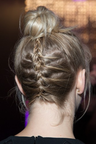Французкая коса плетется снизу вверх