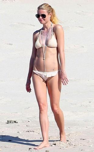Пэлтроу на пляже