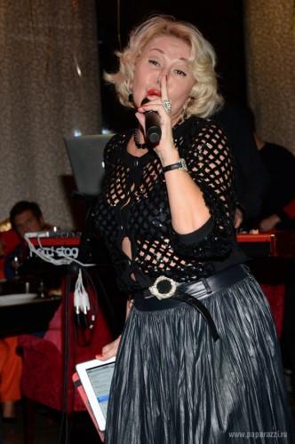 59-летняя Любовь Успенская надела прозрачную кофту на размер меньше