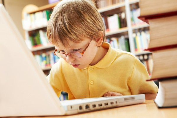 Ինչպես երեխային հետ պահել համակարգչային կախվածությունից