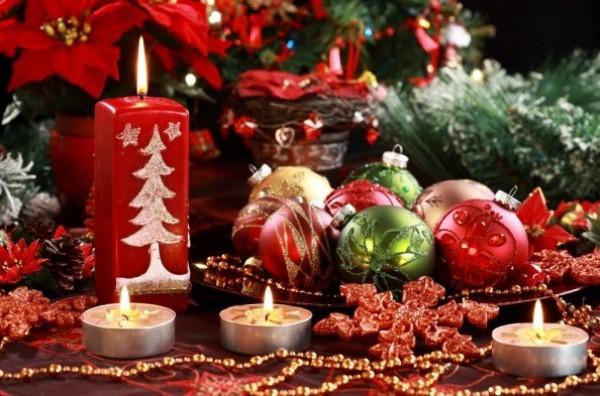Укрась стол свечами и елочными игрушками