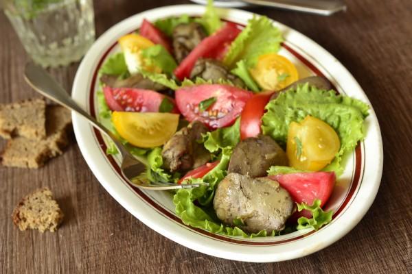 Салат из печени с помидорами