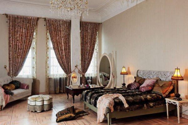 Женская спальня с уникальным розовым паркетом
