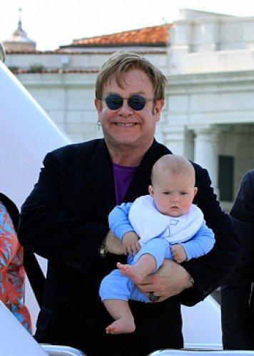 66-летний певец Элтон Джон с сыном Закари
