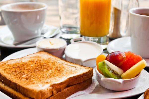 Гренки можно подавать с фруктами, сиропами и шоколадом
