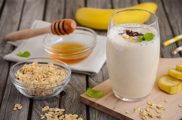 Завтрак в кружке с бананом и овсянкой