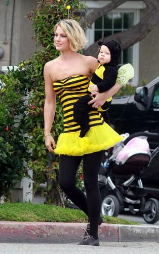 Актриса Эли Лартер с сыном Тео в 2011 году на Хэллоуин
