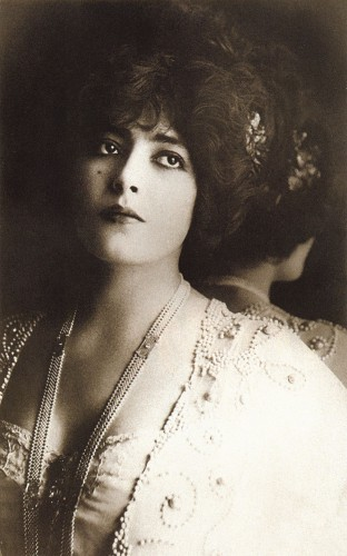 Женевьев Лантельм (1882 – 1911), французская театральная актриса.