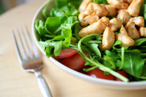 Салат из курицы со свежими овощами