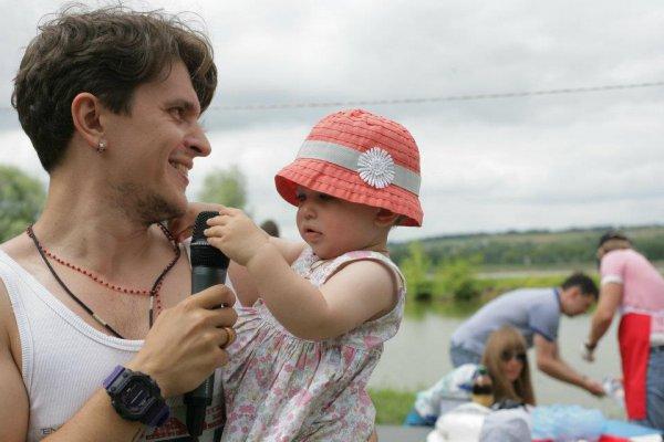 Еще в июне Анатолий Анатолич опубликовал в Facebook фото со своей дочкой. Если внимательно присмотреться, можно увидеть, что на обеих фотографиях один и тот же ребенок. Более того, в одной и той же шляпке.
