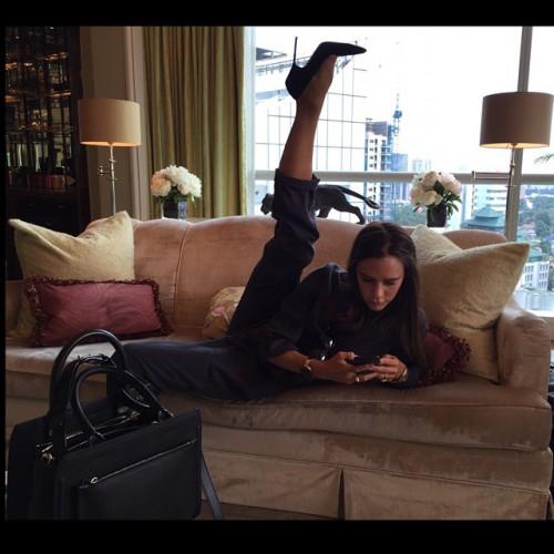 Виктория Бекхэм на каблуках продемонстрировала великолепную растяжку