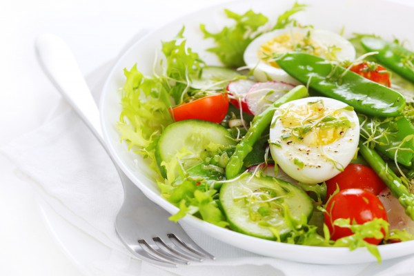 Салат из летних овощей и яиц