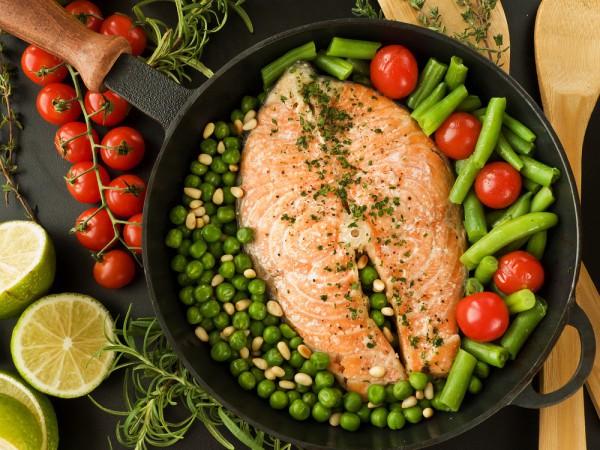 Жареный лосось с овощами