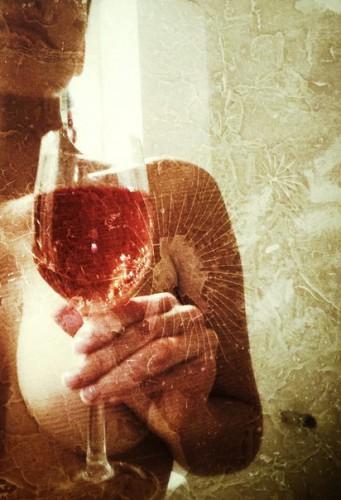 Даша Астафьева прикрыла обнаженную грудь бокалом