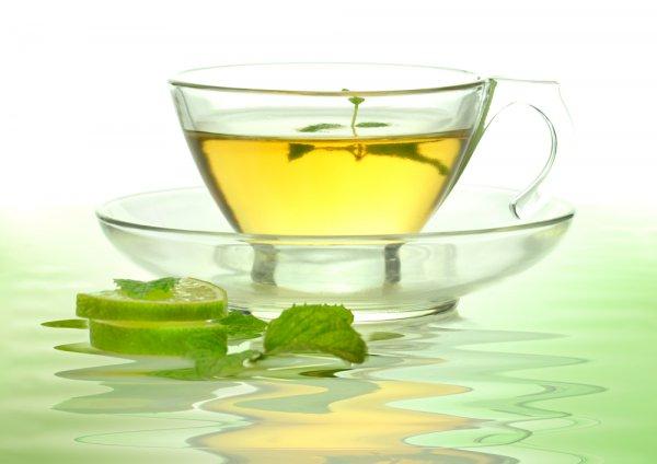 Зеленый чай. Этот напиток снижает риск возникновения остеопороза, рака, сердечно-сосудистых заболеваний, защищает клетки от вредного воздействия и нейтрализуют свободные радикалы. В чае также содержится фтор, который укрепляет кости и благотворно влияет на зубы. Мятный чай помогает справиться с расстройством желудка, облегчает колики, способствует пищеварению, помогая пище двигаться через желудочно-кишечный тракт, снимает боли в мышцах и мышечное напряжение.