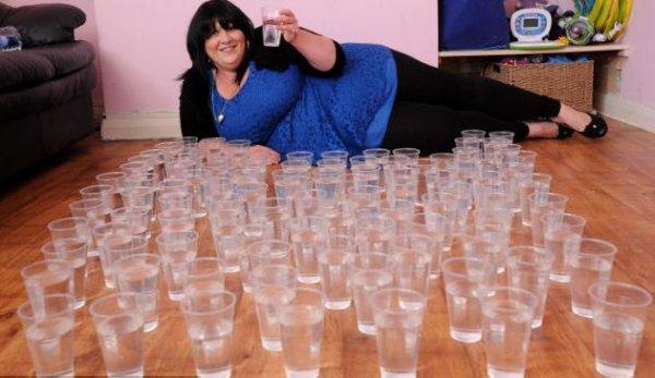 Молодая мать двоих детей выпивает 100 стаканов воды в день