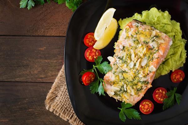 Запеченная красная рыба с овощами
