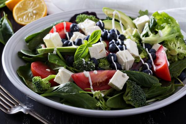Салат с черникой и авокадо