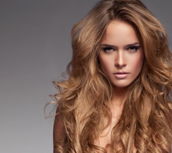 Объемные густые волосы украшают женщину