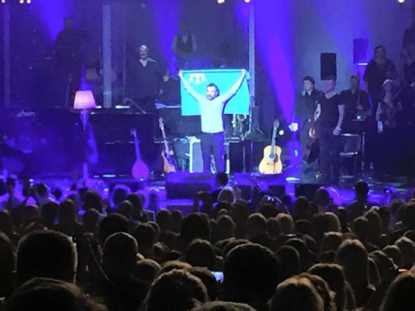 Святослав Вакарчук развернул крымскотатарский флаг на концерте в Киеве