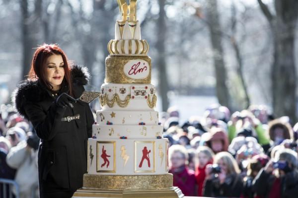 Жена Элвиса Пресли торжественно разрезала торт в честь дня рождения артиста на глазах у собравшихся людей