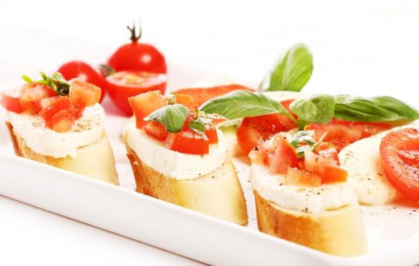 Рецепт                  Брускетта с моцареллой и помидорами