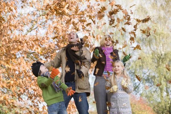 В парке вы можете устроить листопад или сплести венки из листьев