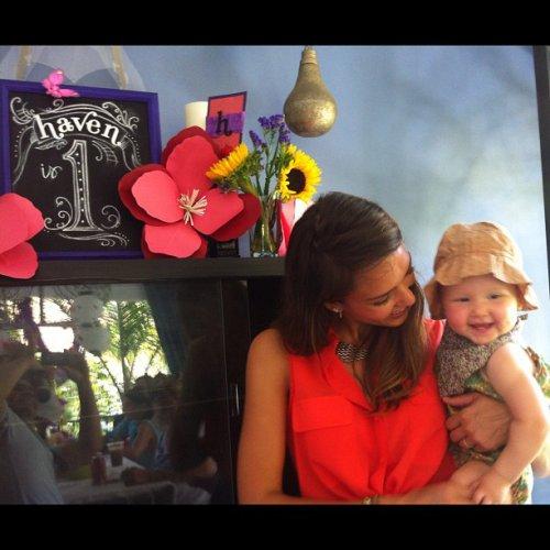 Джессика Альба со своей младшей дочкой